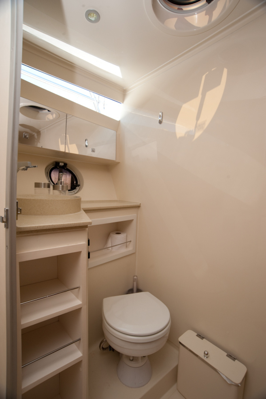 Banheiro Suite - HELENAROCHAarquitetura Banheiros modernos por HELENAROCHAarquitetura Moderno