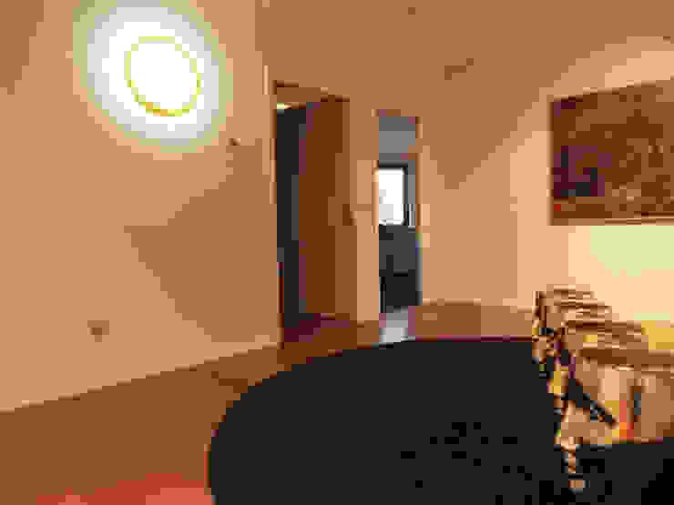 Vivienda unifamiliar, Ourense, Galicia. Pasillos, vestíbulos y escaleras de estilo moderno de Oito Interiores Moderno
