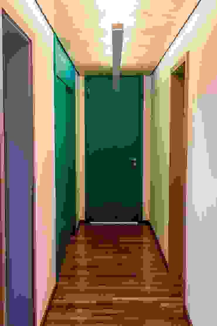 Pasillos, vestíbulos y escaleras de estilo moderno de Ruta arquitetura e urbanismo Moderno