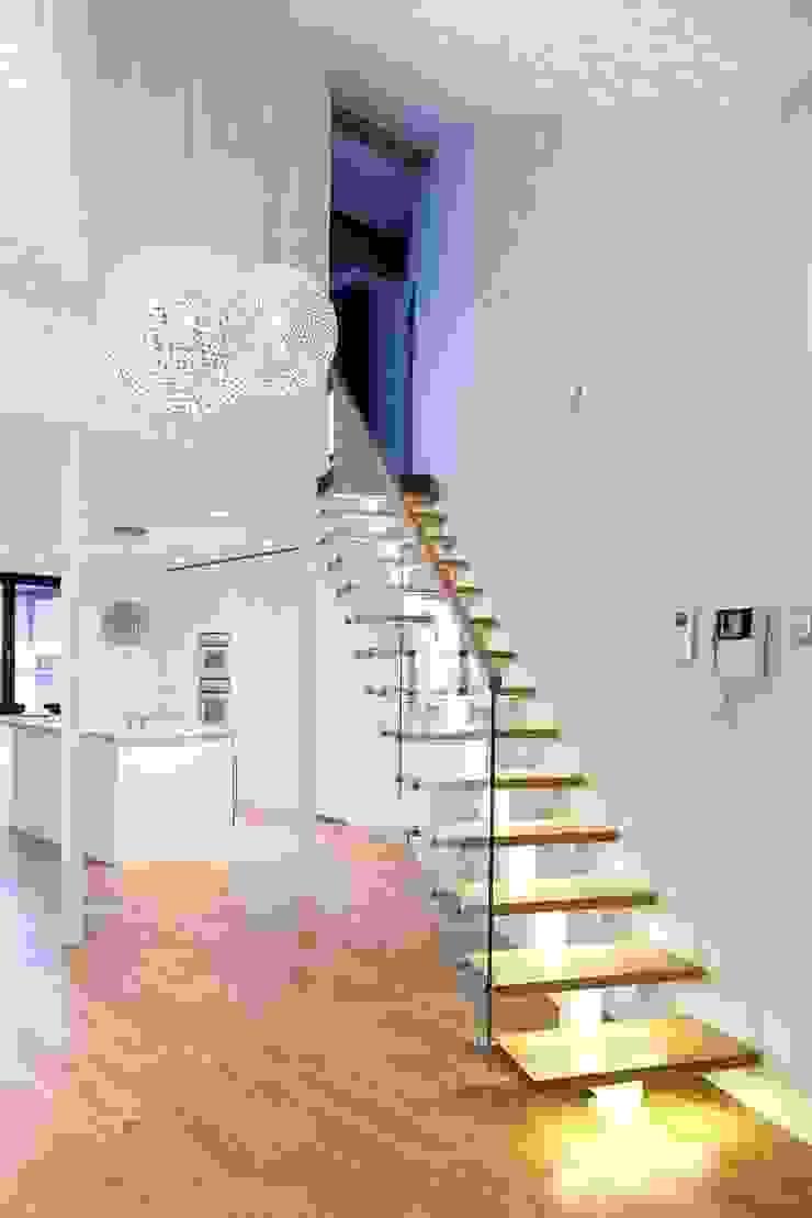 Schody na antresolę nad salonem Minimalistyczny korytarz, przedpokój i schody od Tarna Design Studio Minimalistyczny
