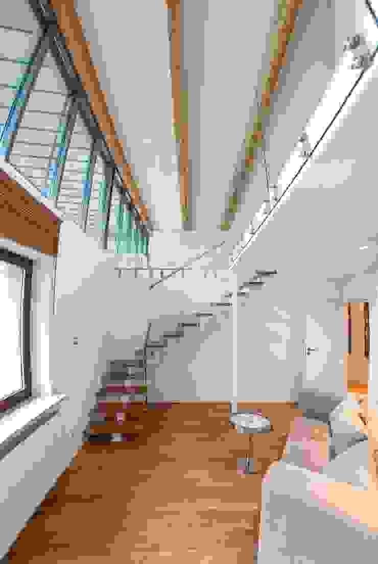 schody na drugą antresolę Minimalistyczny korytarz, przedpokój i schody od Tarna Design Studio Minimalistyczny