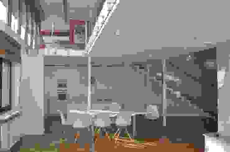 salon z kuchnią Tarna Design Studio Minimalistyczna kuchnia