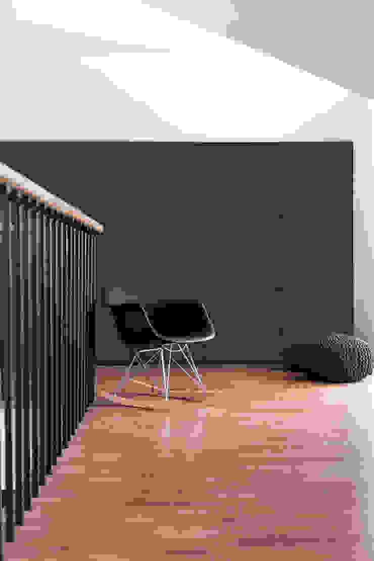 Poddasze, dom jednorodzinny, Goleniów. Minimalistyczny salon od Sałata-Pracownia Architektury Wnętrz Minimalistyczny