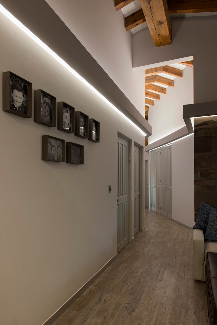 Eclectic style corridor, hallway & stairs by kababie arquitectos Eclectic