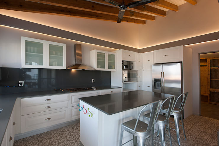 Rustic style kitchen by kababie arquitectos Rustic