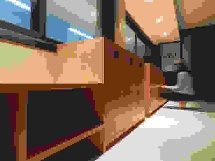 Detalhe Banco e Guarda Volumes Espaços comerciais modernos por Monte Arquitetura Moderno