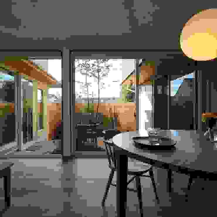 Modern dining room by 新井アトリエ一級建築士事務所 Modern