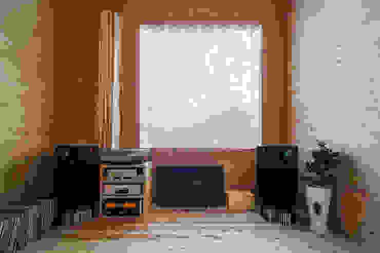 リビングの開口とオーディオ アトリエセッテン一級建築士事務所 リビングルームアクセサリー&デコレーション
