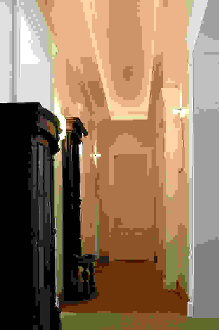 Anna Buczny PROJEKTOWANIE WNĘTRZ korytarz Klasyczny korytarz, przedpokój i schody od Anna Buczny PROJEKTOWANIE WNĘTRZ Klasyczny