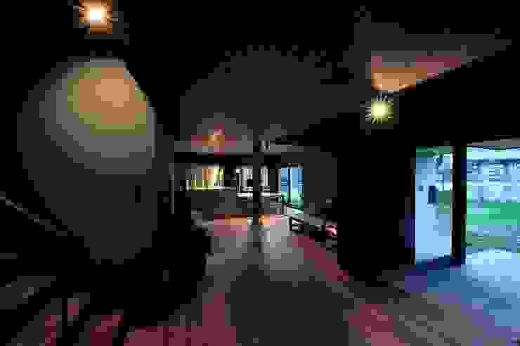 ひとつながりの空間構成: アトリエセッテン一級建築士事務所が手掛けたリビングです。,モダン