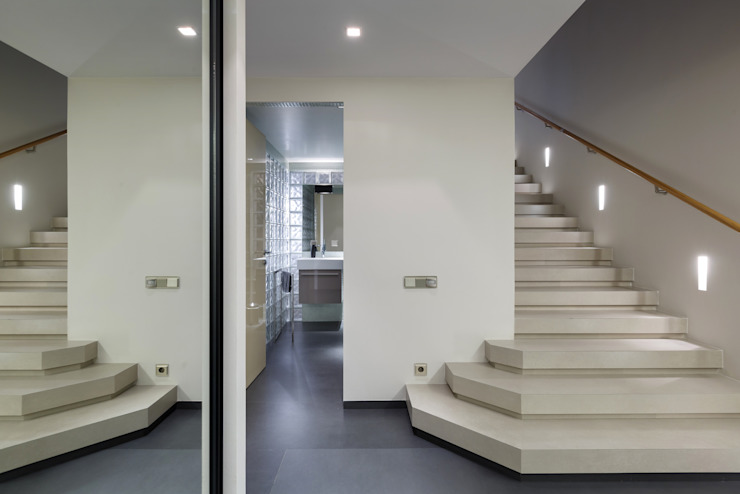 Прихожая. Лестница, пол первого этажа бесшовный керамогранит. Коридор, прихожая и лестница в стиле минимализм от (DZ)M Интеллектуальный Дизайн Минимализм