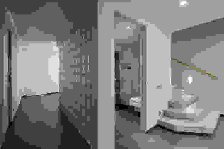 Прихожая. Гостевой санузел. Коридор, прихожая и лестница в стиле минимализм от (DZ)M Интеллектуальный Дизайн Минимализм