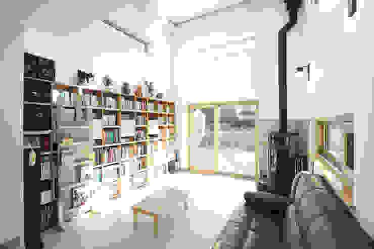 오픈천장의 거실: 주택설계전문 디자인그룹 홈스타일토토의  거실,
