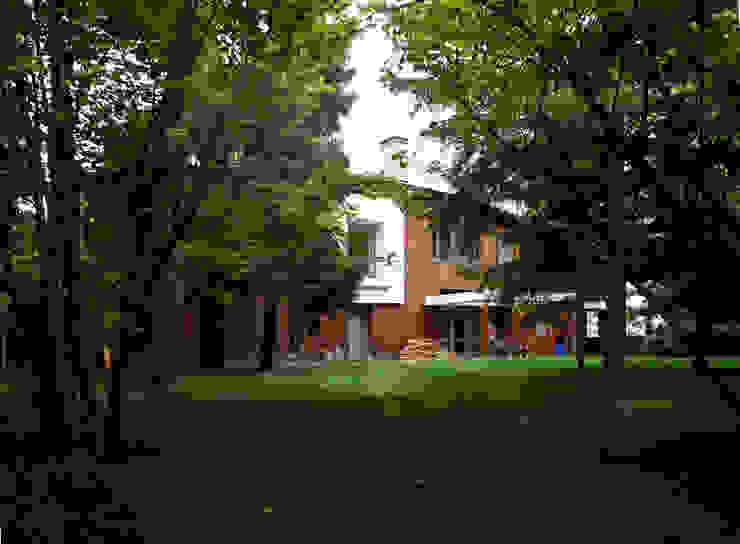 Коттедж на опушке леса Дома в стиле модерн от Контент-ВА Модерн