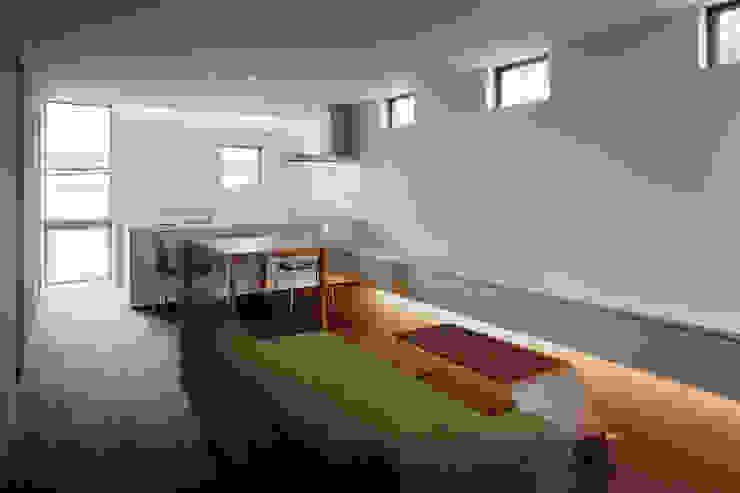现代客厅設計點子、靈感 & 圖片 根據 松岡淳建築設計事務所 現代風