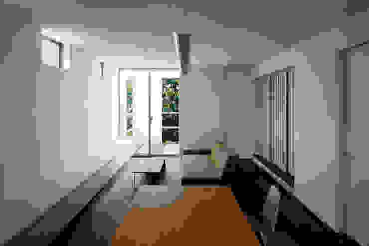 Salones de estilo moderno de 松岡淳建築設計事務所 Moderno