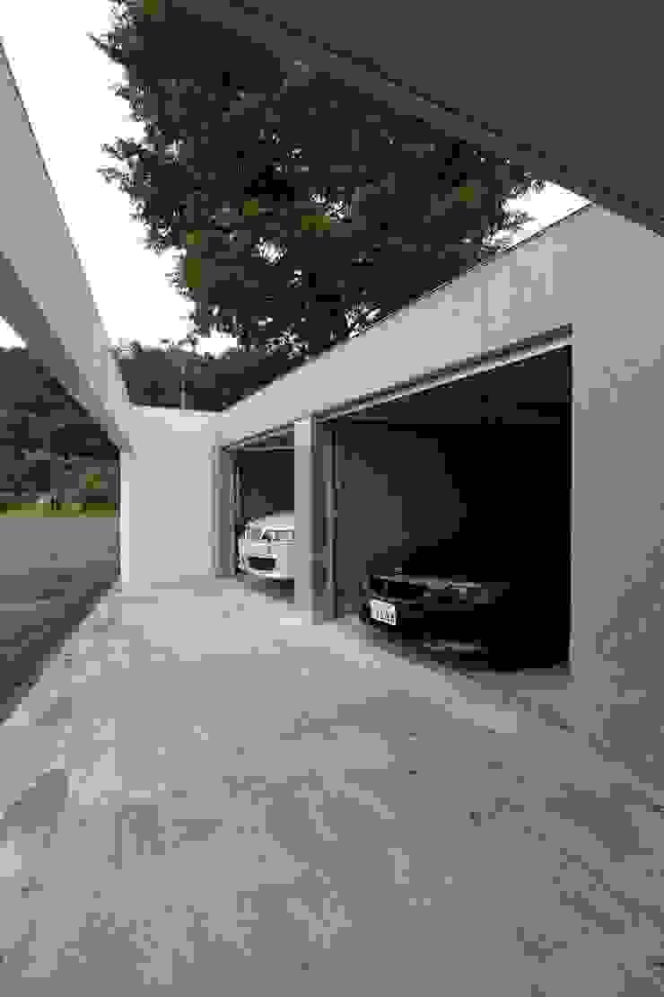 Garage / Hangar modernes par 株式会社コウド一級建築士事務所 Moderne