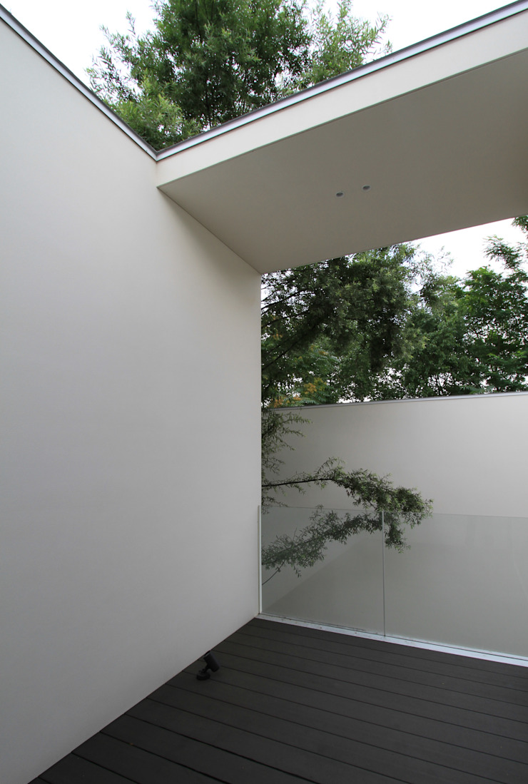 Modern style balcony, porch & terrace by 株式会社コウド一級建築士事務所 Modern