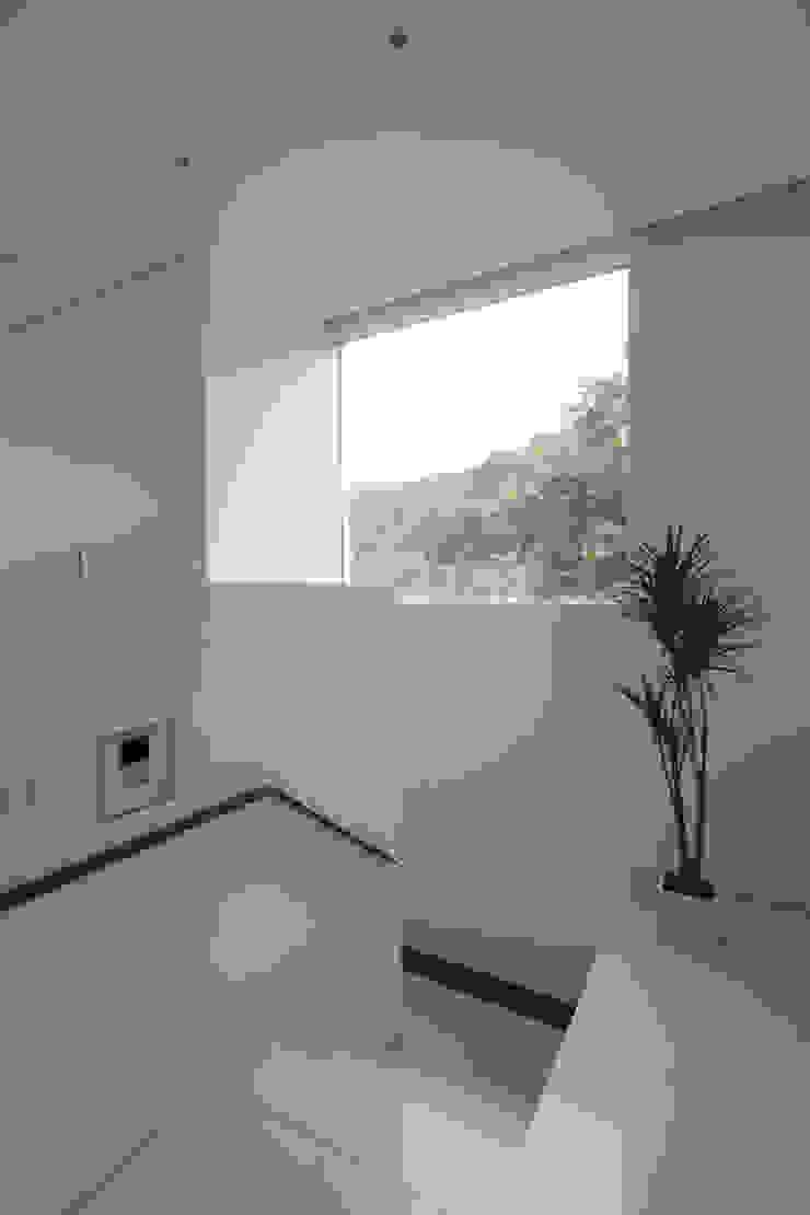 Pasillos, vestíbulos y escaleras modernos de 株式会社コウド一級建築士事務所 Moderno