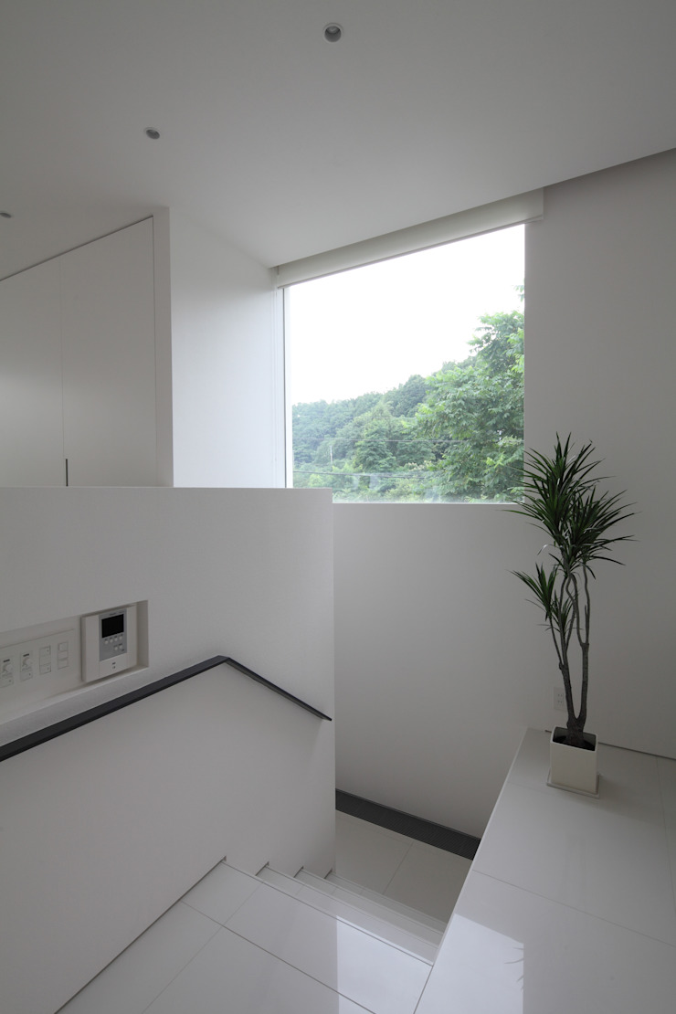 Modern corridor, hallway & stairs by 株式会社コウド一級建築士事務所 Modern