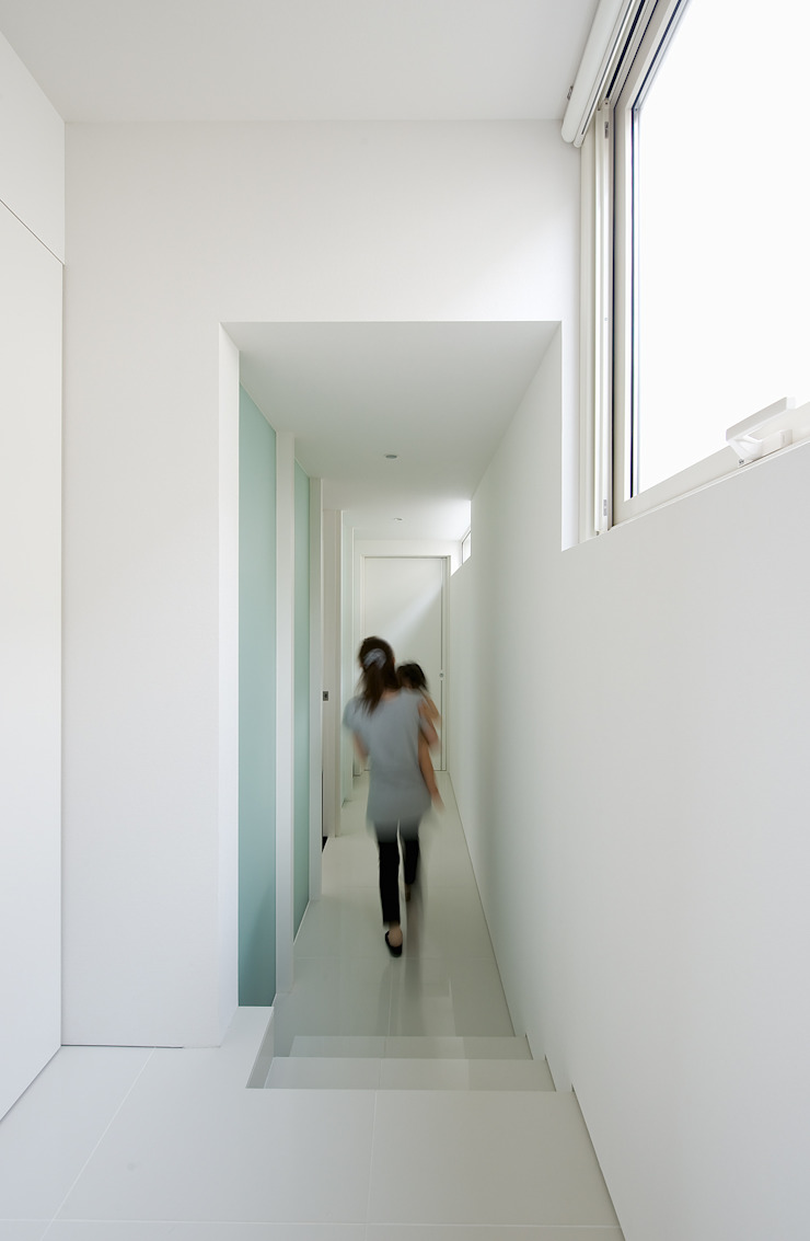Modern Corridor, Hallway and Staircase by 株式会社コウド一級建築士事務所 Modern