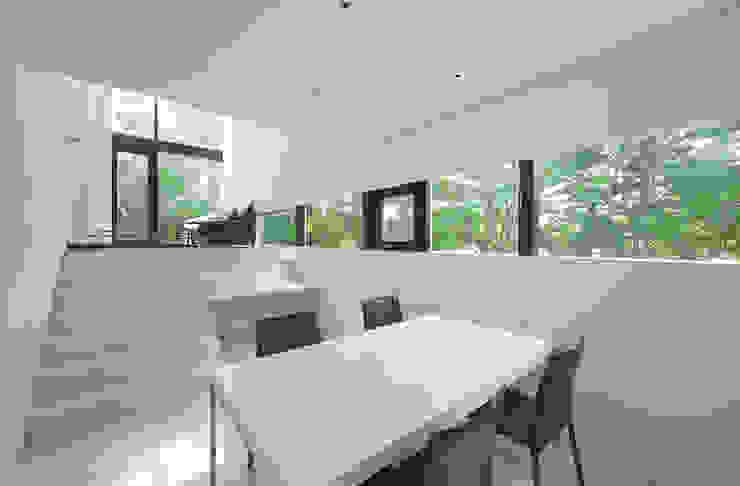 Salle à manger moderne par 株式会社コウド一級建築士事務所 Moderne