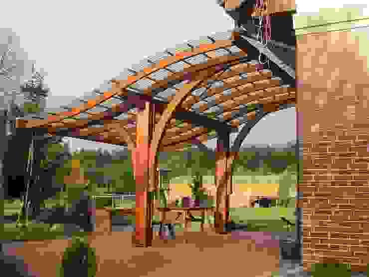 Pergola adosada Balcones y terrazas de estilo moderno de JAGRAM-PRO Moderno