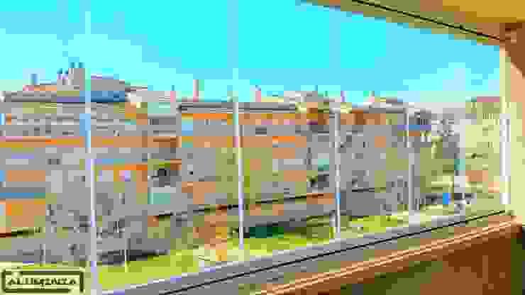 Cortina de cristal con vidrio de 10 mm Balcones y terrazas de estilo moderno de Aluminia Sistemas y Accesorios S.L. Moderno
