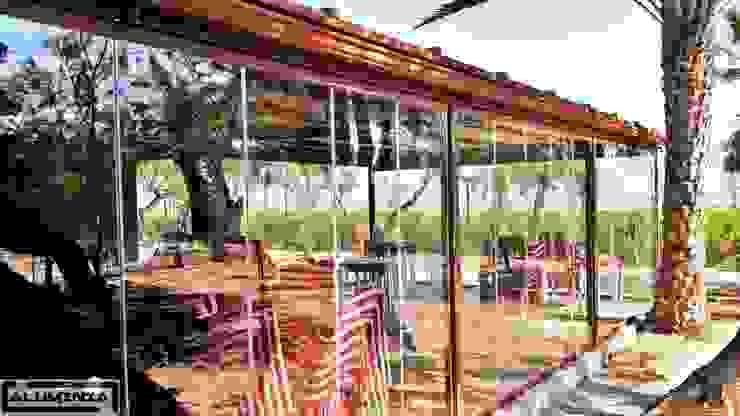 Cerramiento cortina de cristal en restaurante la goleta Balcones y terrazas de estilo moderno de Aluminia Sistemas y Accesorios S.L. Moderno