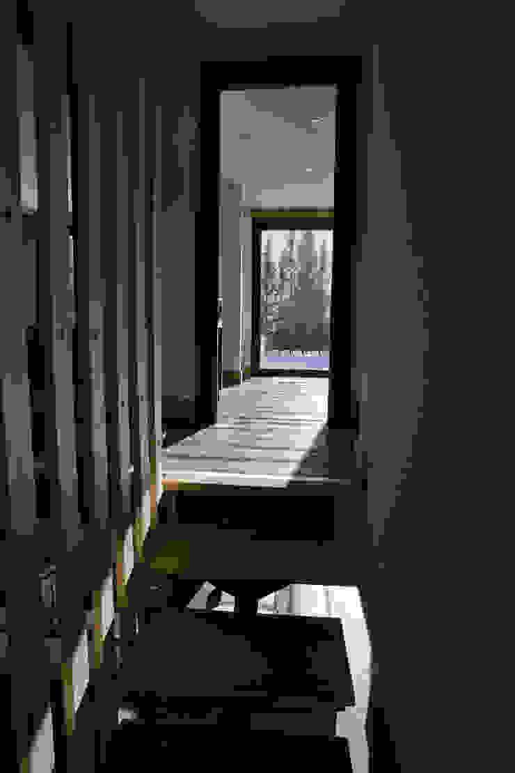 Chevallier Architectes Modern corridor, hallway & stairs