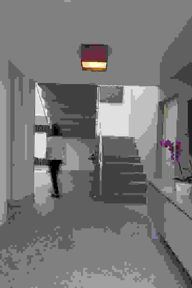 CASA RETIRO DAS PEDRAS Corredores, halls e escadas campestres por Mutabile Arquitetura Campestre