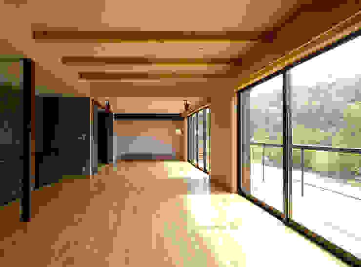 兵庫県佐用町の別荘 一級建築士事務所アールタイプ モダンデザインの リビング