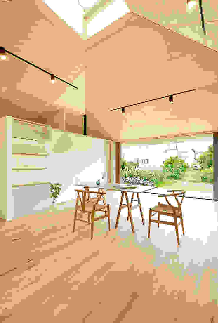 大きな屋根のいえ 北欧デザインの リビング の 株式会社ミユキデザイン(miyukidesign.inc) 北欧