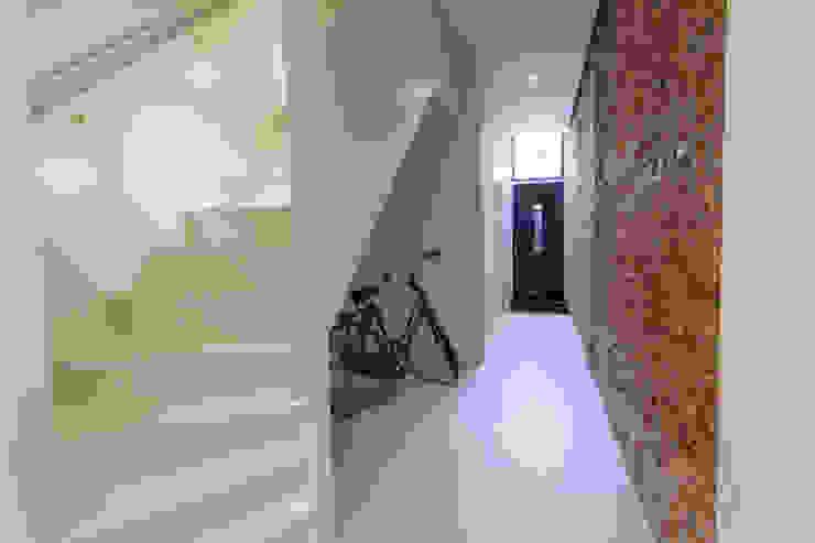 architectenbureau Huib Koman (abHK) Minimalist corridor, hallway & stairs