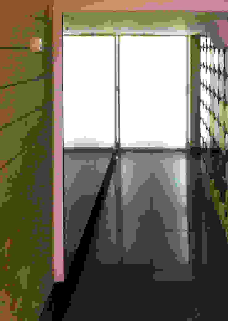 холл нижнего уровня Офисы и магазины в стиле минимализм от artemuma - архитектурное бюро Минимализм