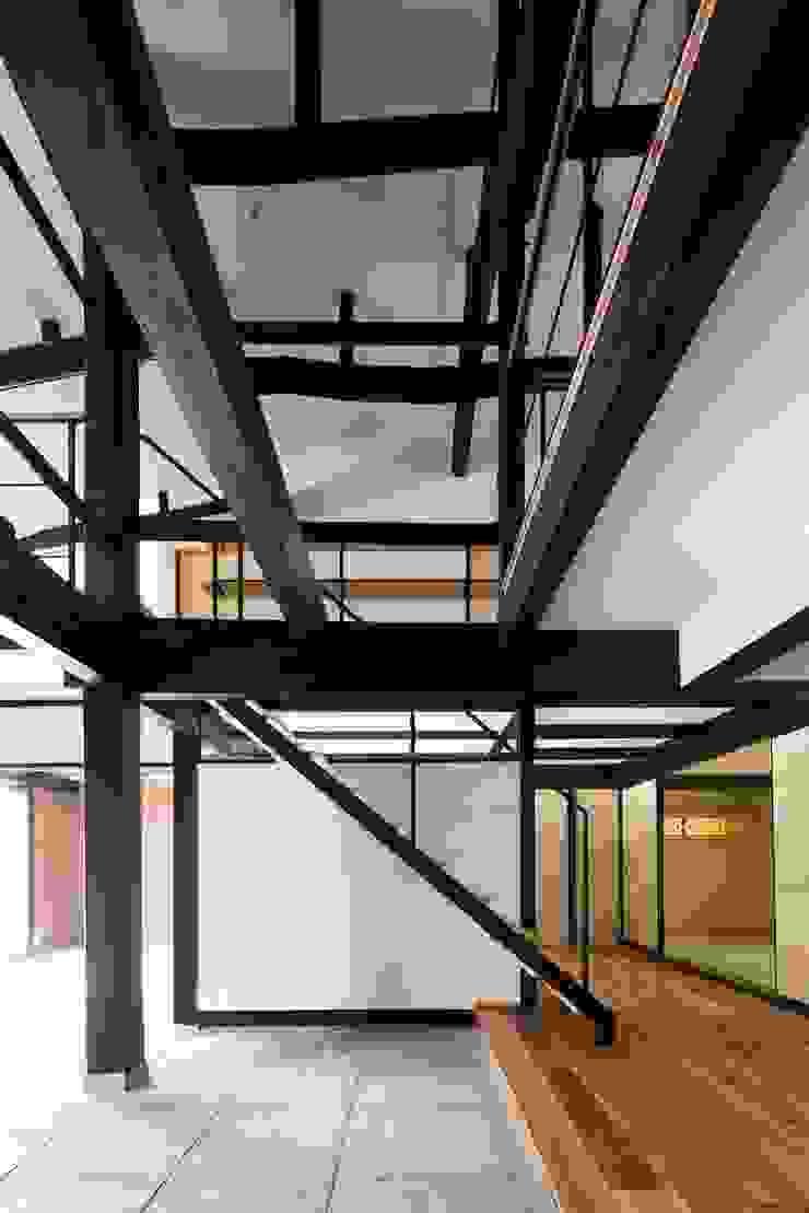 花しょうぶ通りの家・階段 和風デザインの 多目的室 の タクタク/クニヤス建築設計 和風