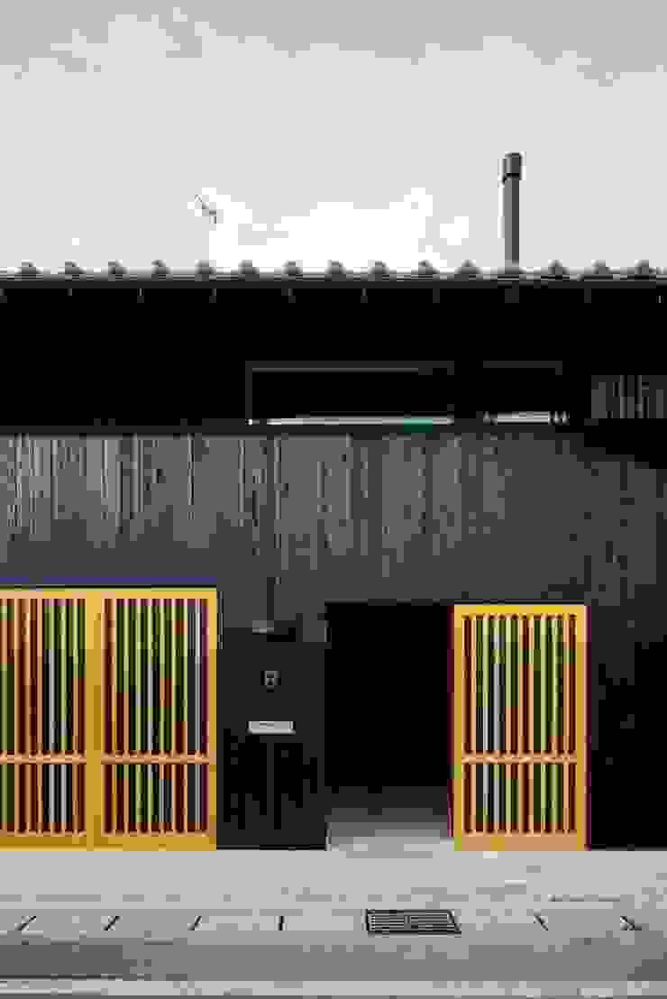 花しょうぶ通りの家・エントランス 日本家屋・アジアの家 の タクタク/クニヤス建築設計 和風