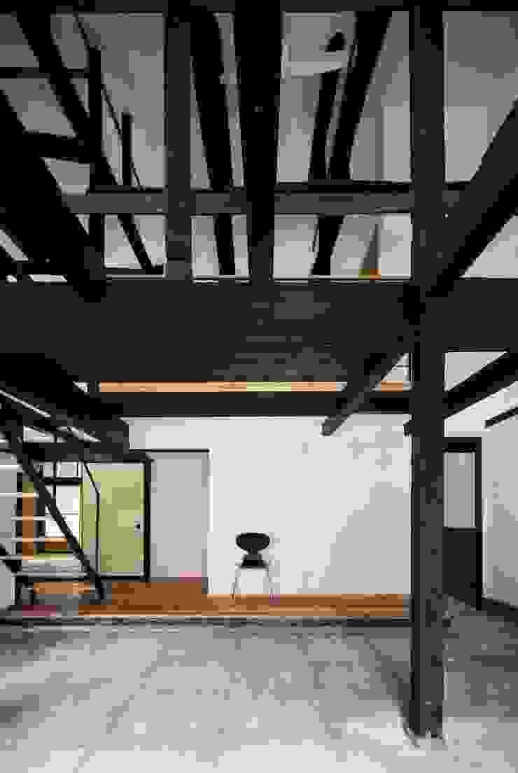 花しょうぶ通りの家・サロン吹き抜け 和風デザインの 多目的室 の タクタク/クニヤス建築設計 和風