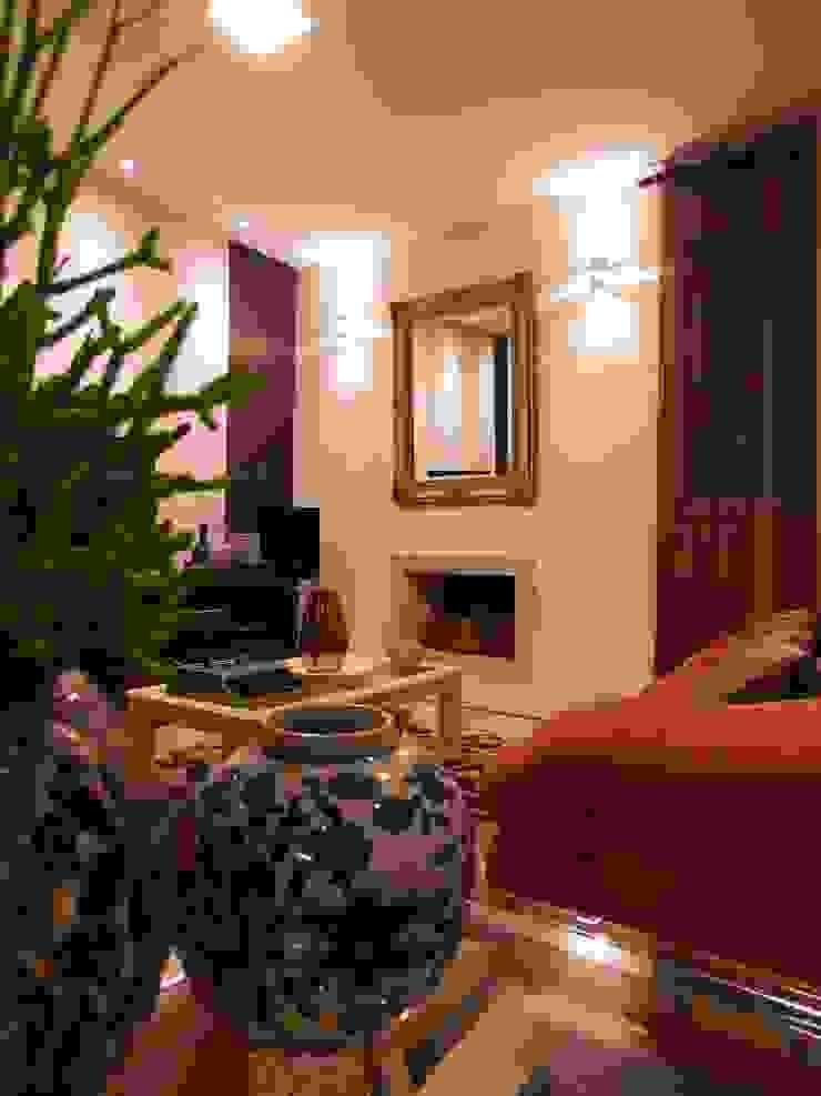 Sala aconchegante com sofás vermelhos Salas de estar ecléticas por Lúcia Vale Interiores Eclético