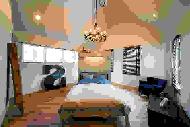 アースカラーでまとめた癒しのマスターベットルーム パパママハウス株式会社 オリジナルスタイルの 寝室