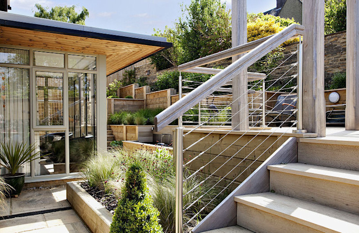 Steeply sloping garden with decked terraces:   by Susan Dunstall Landscape & Garden Design,