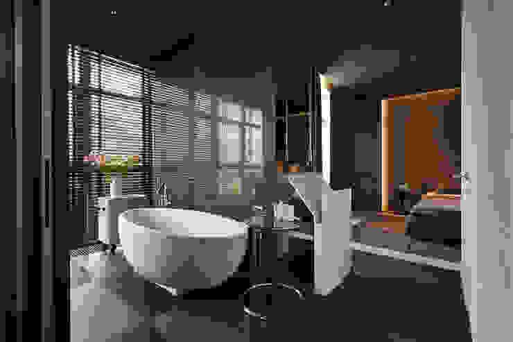 Квартира для Космополита: Ванные комнаты в . Автор – INCUBE Алексея Щербачёва,