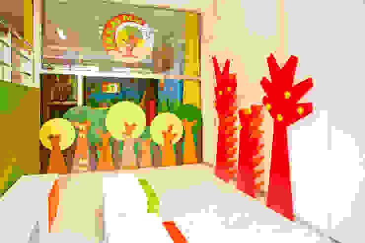 Zapatero-perchero infantil integrado en el espacio de hall de entrada de marengo espacios y formas Minimalista