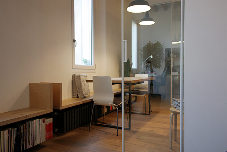 le sedute - libreria lungo la parete delle finestre. Le porte scorrevoli semi riflettenti di d'uopo Moderno