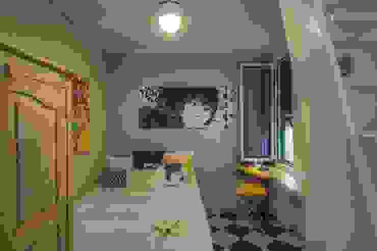 camera dall'arredamento givane e colorato di Lella Badano Homestager Moderno