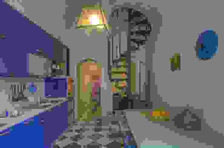 Ricondizionamento di appartamento destinato alla vendita nel centro storico di Finale Ligure di Lella Badano Homestager Moderno