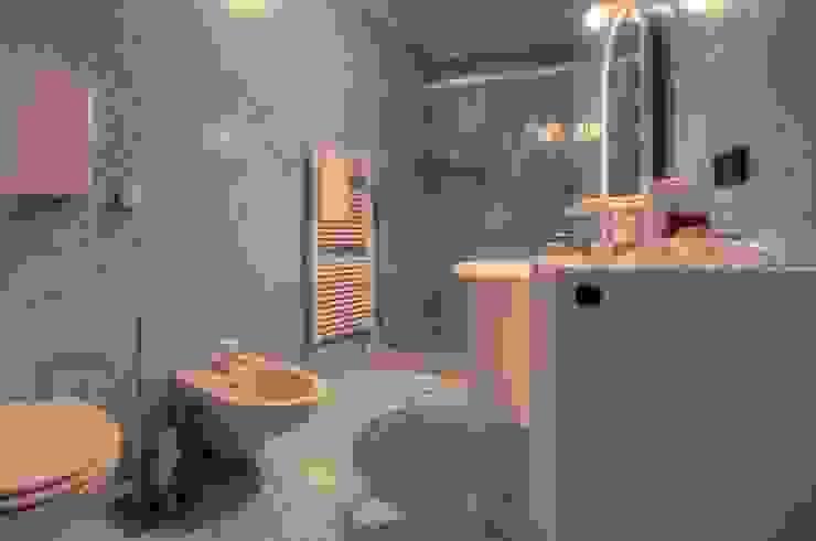 Ricondizionamento di appartamento destinato alla vendita nel centro storico di Finale Ligure Bagno moderno di Lella Badano Homestager Moderno