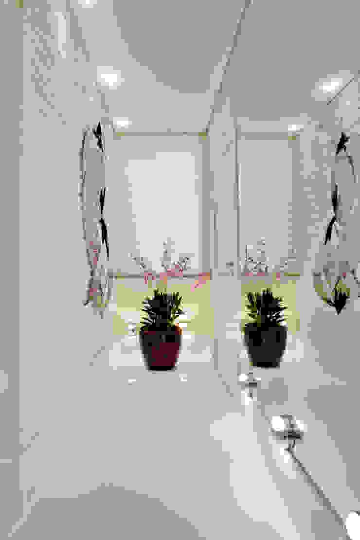Apartamento Jatobá Corredores, halls e escadas modernos por Designer de Interiores e Paisagista Iara Kílaris Moderno
