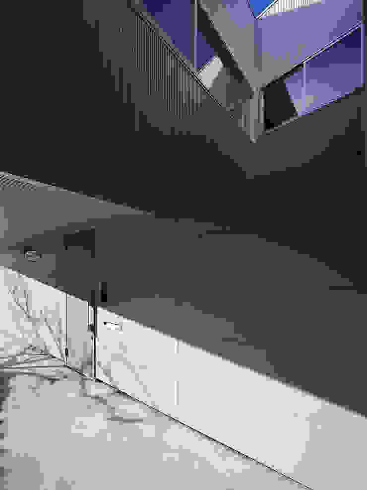 TOUFU モダンな 家 の +0 atelier   プラスゼロアトリエ モダン
