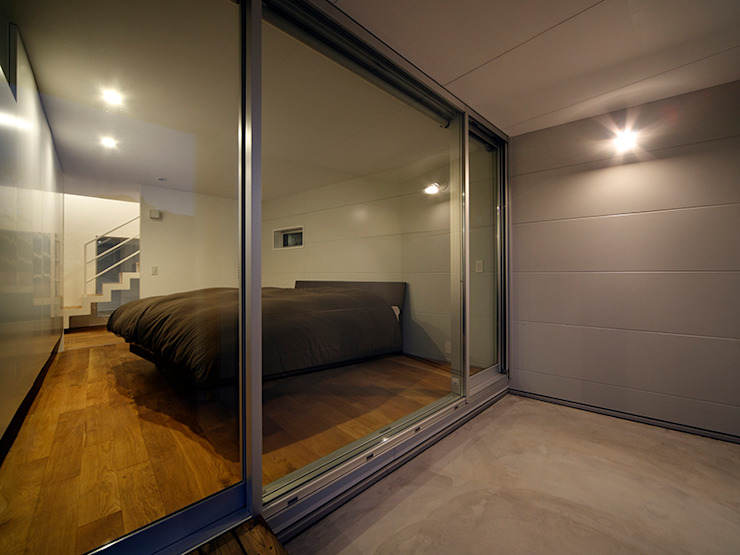 TOUFU: +0 atelier | プラスゼロアトリエが手掛けた寝室です。,モダン